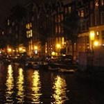 À noite, Amsterdam fica iluminada