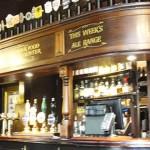 Pubs históricos, restaurante e igreja na City em Londres