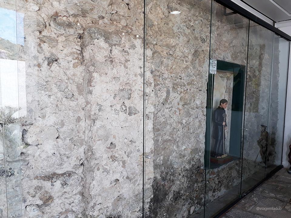 Forte São João em Bertioga - Parede original de pedra e sambaqui